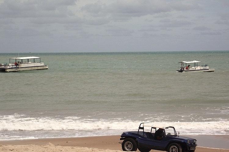 Em Maracajaú, embarcações levam turistas para os parrachos, formações de corais a 7 km da costa