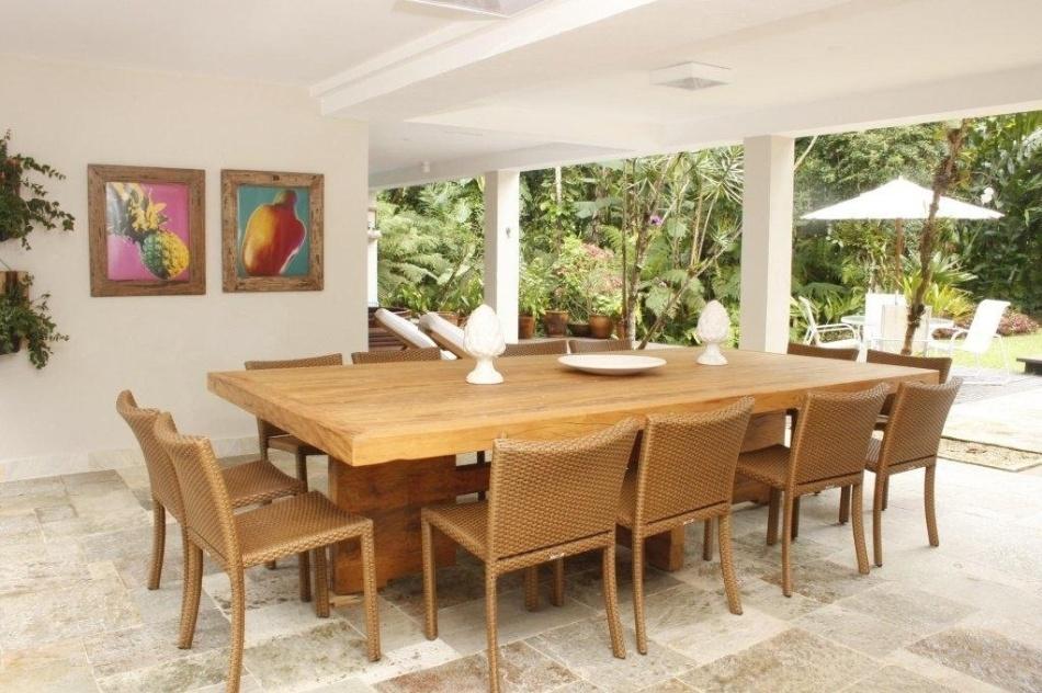 Na ampla e agradável varanda da Casa Iporanga, reformada pela designer de  interiores Marília de