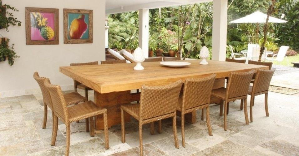 Na ampla e agradável varanda da Casa Iporanga, reformada pela designer de interiores Marília de Campos Veiga, a reunião de amigos e familiares é uma constante. Pode acontecer na piscina ou pertinho dela, em volta da mesa de madeira e das cadeiras em fibra sintética, da Casual Móveis