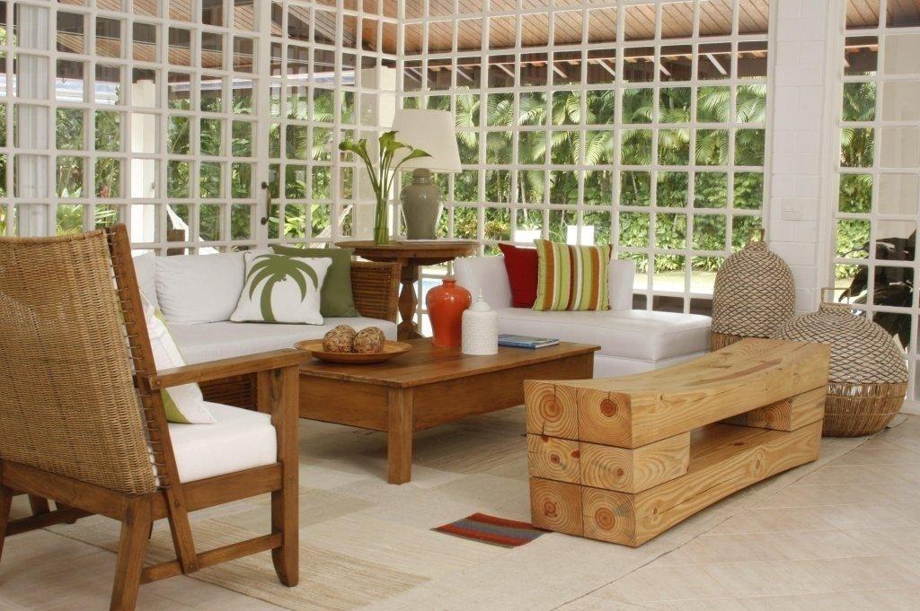 Na sala de estar predomina uma atmosfera acolhedora, com elementos chiques e rústicos num só tempo. Como o banco de madeira, da Dpot, as luminárias de vime da Artefacto Beach & Country e a mesa de centro da l'oeil. A Casa Iporanga foi reformada pela designer de interiores Marília de Campos Veiga