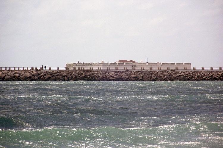 O Forte dos Reis Magos, monumento histórico de Natal, visto desde a praia de Redinha