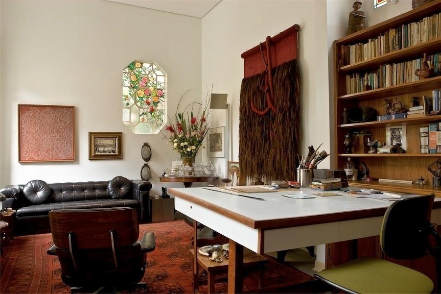 - Sala de estar e biblioteca. Na parede, uma das tapeçarias artísticas de Nicola (imagem cedida ao UOL Casa e DEcoração, usar apenas no respectivo material)