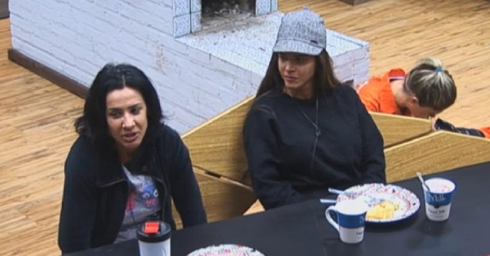 1º.ago.2013 - Denise fala sobre a sua família em conversa com Scheila e Mulher Filé