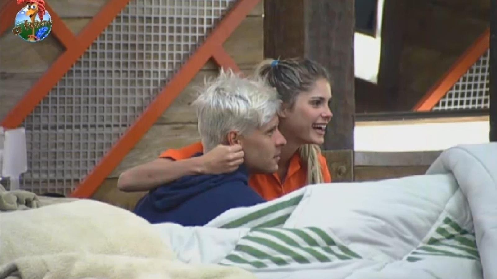 1º.ago.2013 - Mateus ajuda Bárbara a se vestir para disputar prova da chave