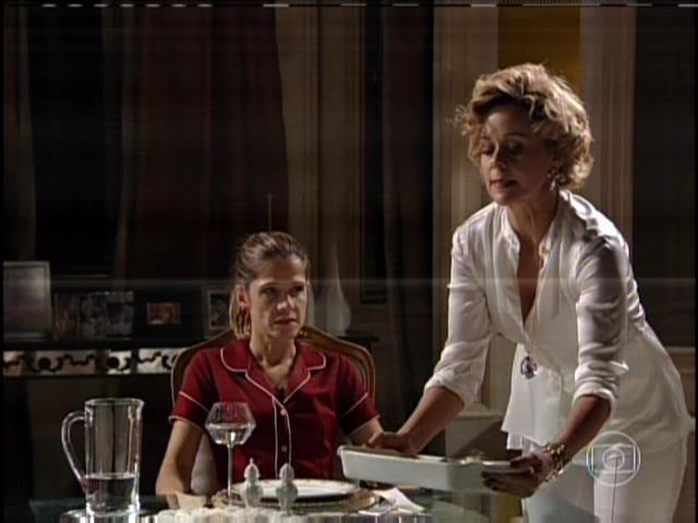 """1.ago.2013 - No capítulo de """"Sangue Bom"""" que foi ao ar nesta quinta, Tina (Ingrid Guimarães) se vingou da patroa, Bárbara Ellen (Giulia Gam) em sonho. """"Me serve, Vadia"""", disse Tina à Bárbara, uma referência a novela """"Avenida Brasil"""""""
