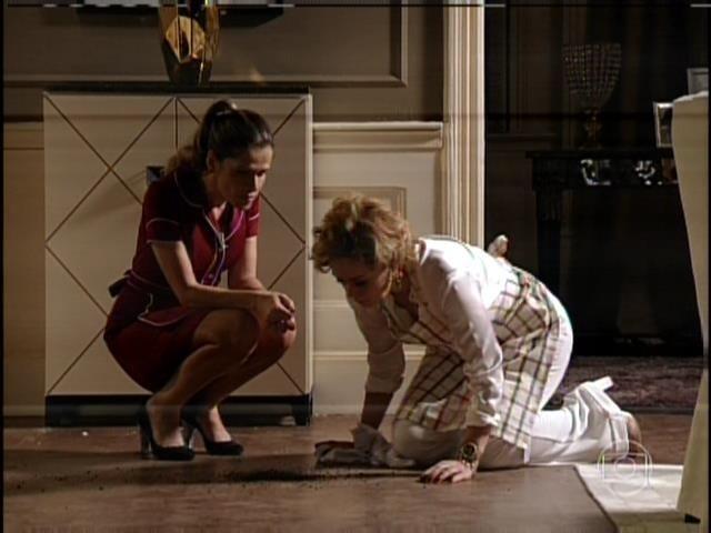 """1.ago.2013 - No capítulo de """"Sangue Bom"""" que foi ao ar nesta quinta, Tina (Ingrid Guimarães) se vingou da patroa, Bárbara Ellen (Giulia Gam) em sonho. Tina jogou terra no chão e ordenou que Bárbara limpasse: """"Limpa com a língua"""""""