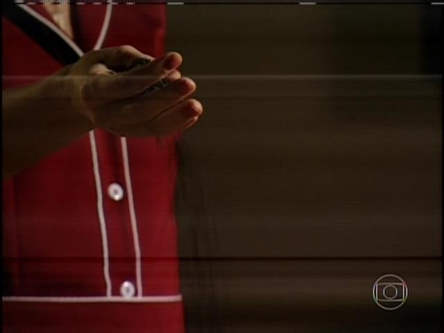 """1.ago.2013 - No capítulo de """"Sangue Bom"""" que foi ao ar nesta quinta, Tina (Ingrid Guimarães) se vingou da patroa, Bárbara Ellen (Giulia Gam) em sonho. Tina jogou terra no chão e ordenou que Bárbara limpasse"""