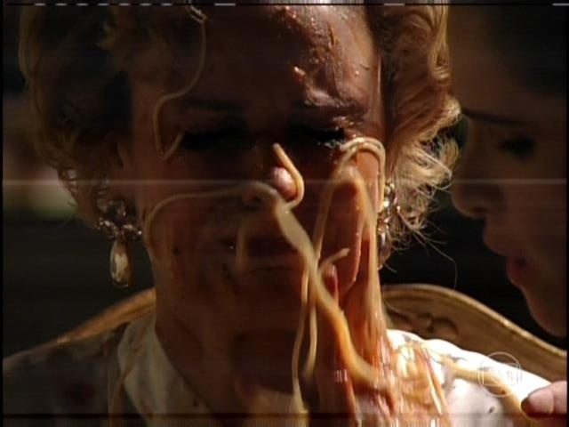 """1.ago.2013 - No capítulo de """"Sangue Bom"""" que foi ao ar nesta quinta, Tina (Ingrid Guimarães) se vingou da patroa, Bárbara Ellen (Giulia Gam) em sonho. Tina obrigou Bárbara a comer macarrão com salsicha e espalhou a comida no rosto da vilã"""