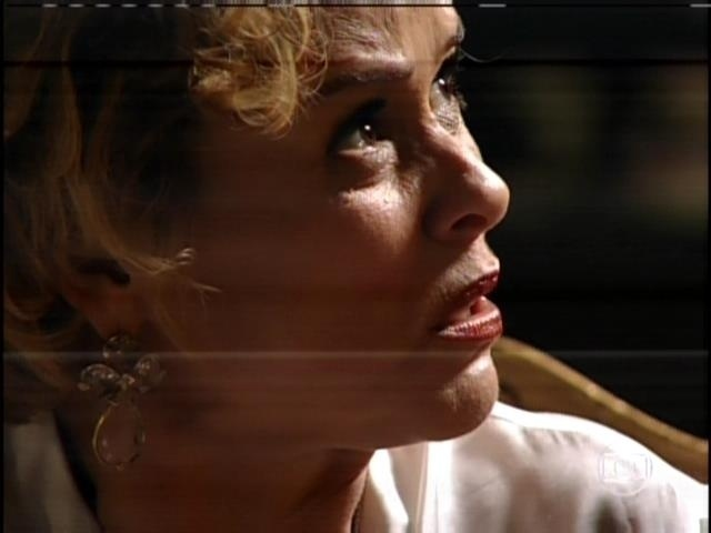 """1.ago.2013 - No capítulo de """"Sangue Bom"""" que foi ao ar nesta quinta, Tina (Ingrid Guimarães) se vingou da patroa, Bárbara Ellen (Giulia Gam) em sonho. Tina obrigou Bárbara a comer macarrão com salsicha"""