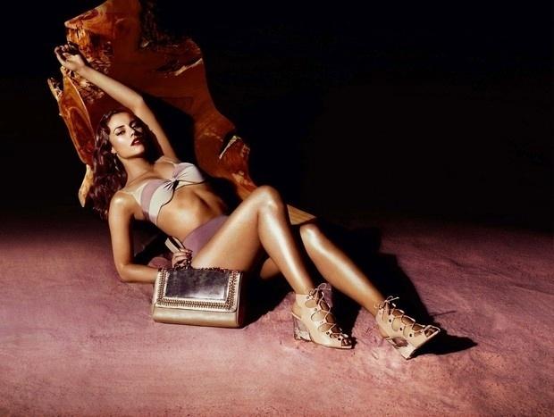1.ago.2013 - Paola Oilveira posa provocante para campanha de verão de uma grife de bolsas e sapatos