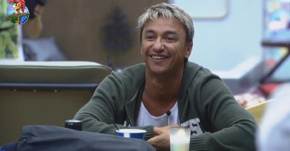 1º.ago.2013 - Paulo Nunes brinca com Ivo e diz que músico pode ter caso com Denise