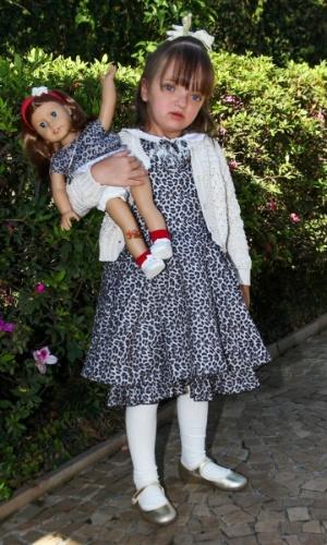 1.ago.2013- Estilosa, Rafaella Justus foi à festa usando um vestido com a mesma estampa que sua boneca