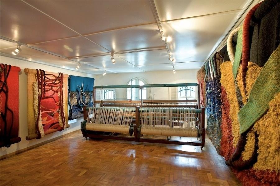 Ateliê de Norberto Nicola, com os teares e tapeçarias na parede (imagem cedida ao UOL Casa e DEcoração, usar apenas no respectivo material)