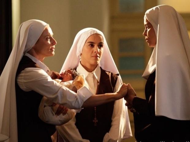 """Em """"Flor do Caribe"""", Doralice deixa o convento para adotar bebê"""