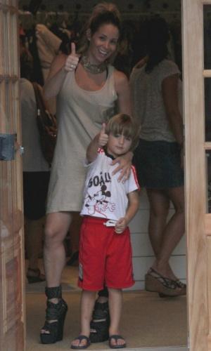 17.dez.2012 - Noah, filho de Danielle Winits e Cássio Reis, imita a mãe e faz um 'jóinha' para os fotógrafos em parque de diversões em shopping do Rio de Janeiro