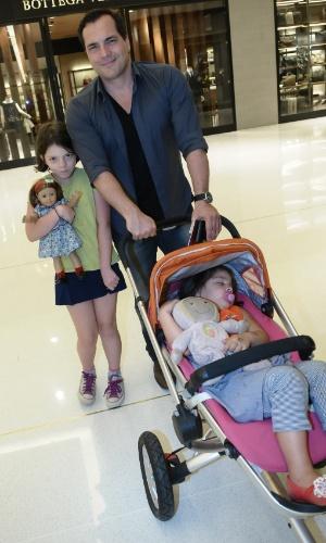3.dez.2012 - Durante passeio por um shopping em São Paulo, Joana, filha mais velha de Daniel Boaventura, ficou tímida ao ser fotografada. Enquanto isso, a pequena Isabella dormia sem se preocupar