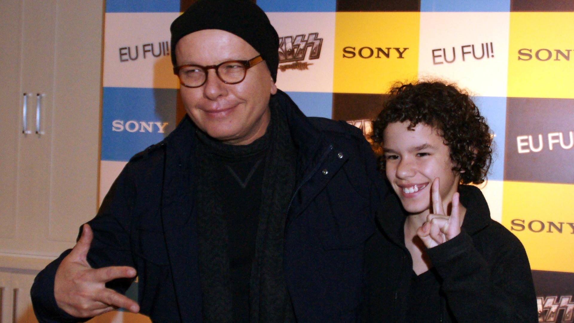 17.nov.2012 - O filho de Marcelo Tas imita o pai e faz pose para fotos em evento em São Paulo