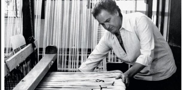 Foto de arquivo mostra o artista plástico Norberto Nicola tecendo em seu ateliê, no centro de São Paulo - Divulgação