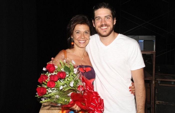 O ator Marco Pigossi posa ao lado da mãe