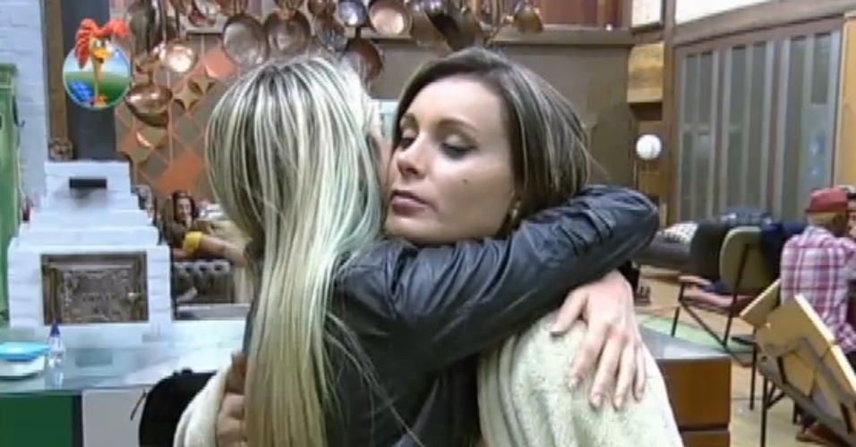02.ago.2013 - Andressa abraça Bárbara depois de ficar enciumada