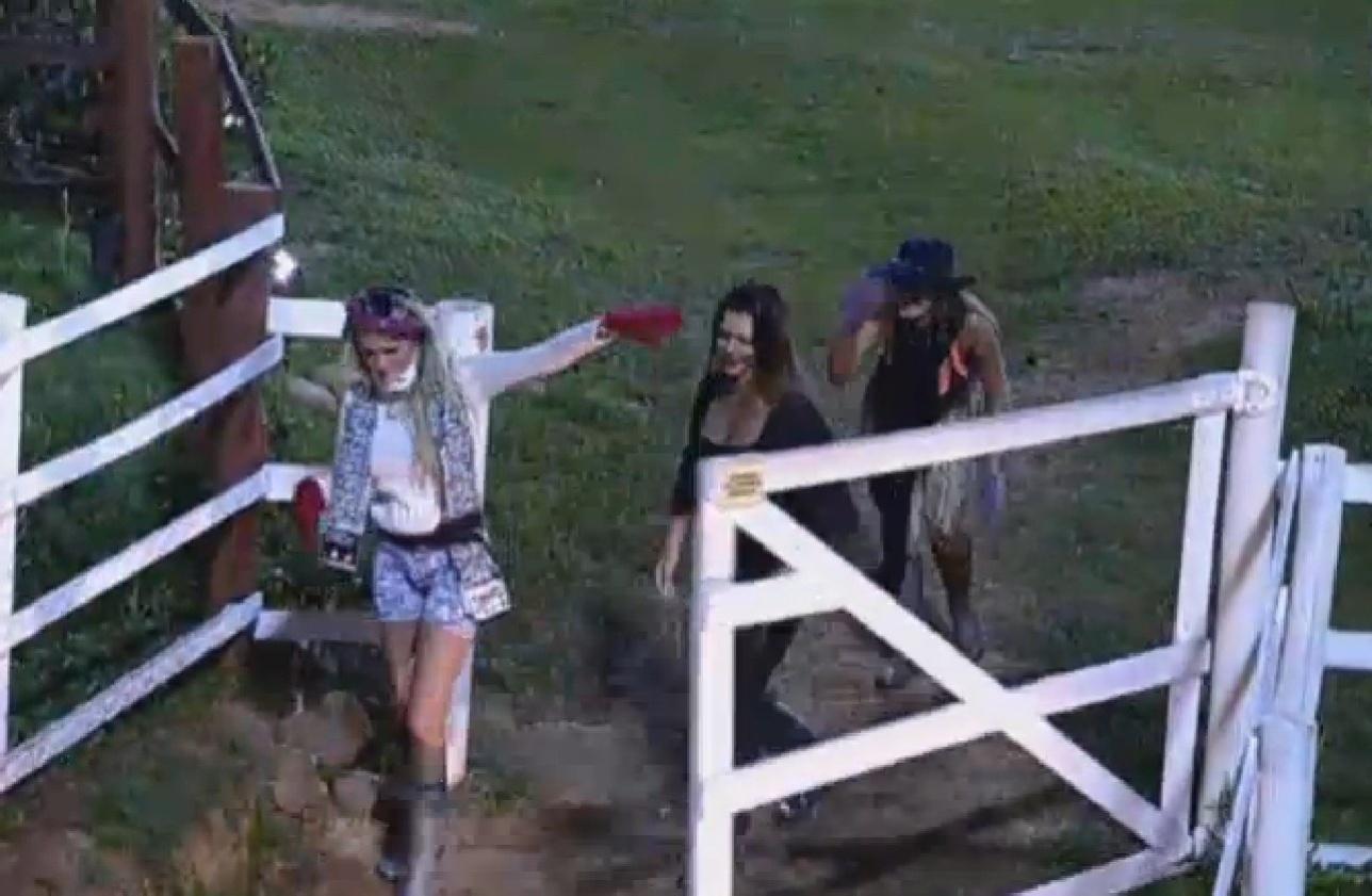 02.ago.2013 - Bárbara Evans, Denise Rocha e Andressa Urach descem para celeiro fazendo muita bagunça