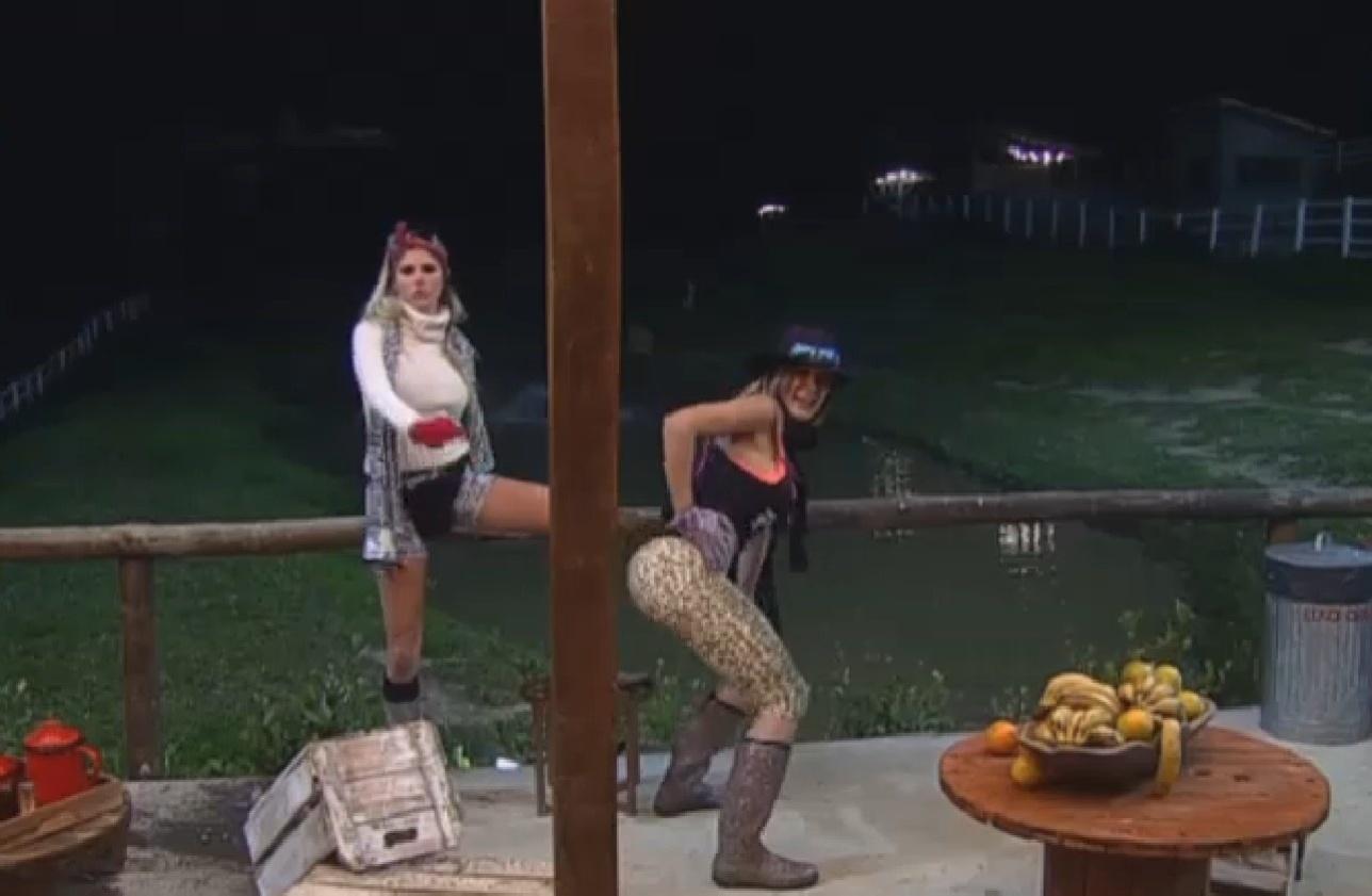 02.ago.2013 - Bêbada, Bárbara Evans derruba plantas e frutas na cozinha do celeiro e combina com Andressa de dizer que foi Ivo