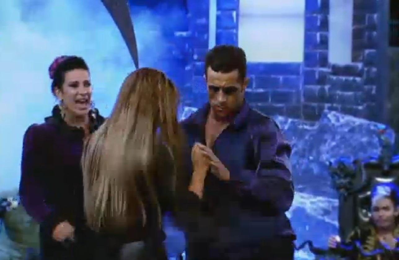 02.ago.2013 - Marcos Oliver e Denise Rocha dançam na festa Transilvânia
