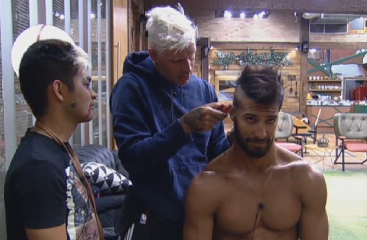 02.ago.2013 - Mateus Verdelho corta cabelo de Beto Malfacini