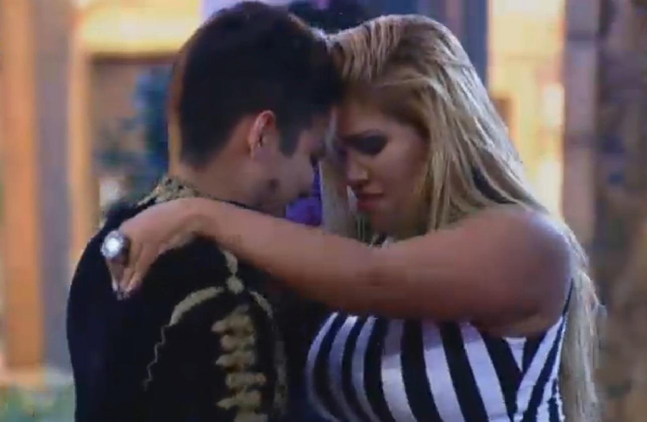 02.ago.2013 - Mulher Filé e Yudi Tamashiro dançam agarradinhos