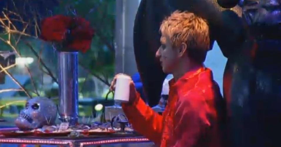 02.ago.2013 - Paulo Nunes aproveita festa para beber e observar peões na pista de dança