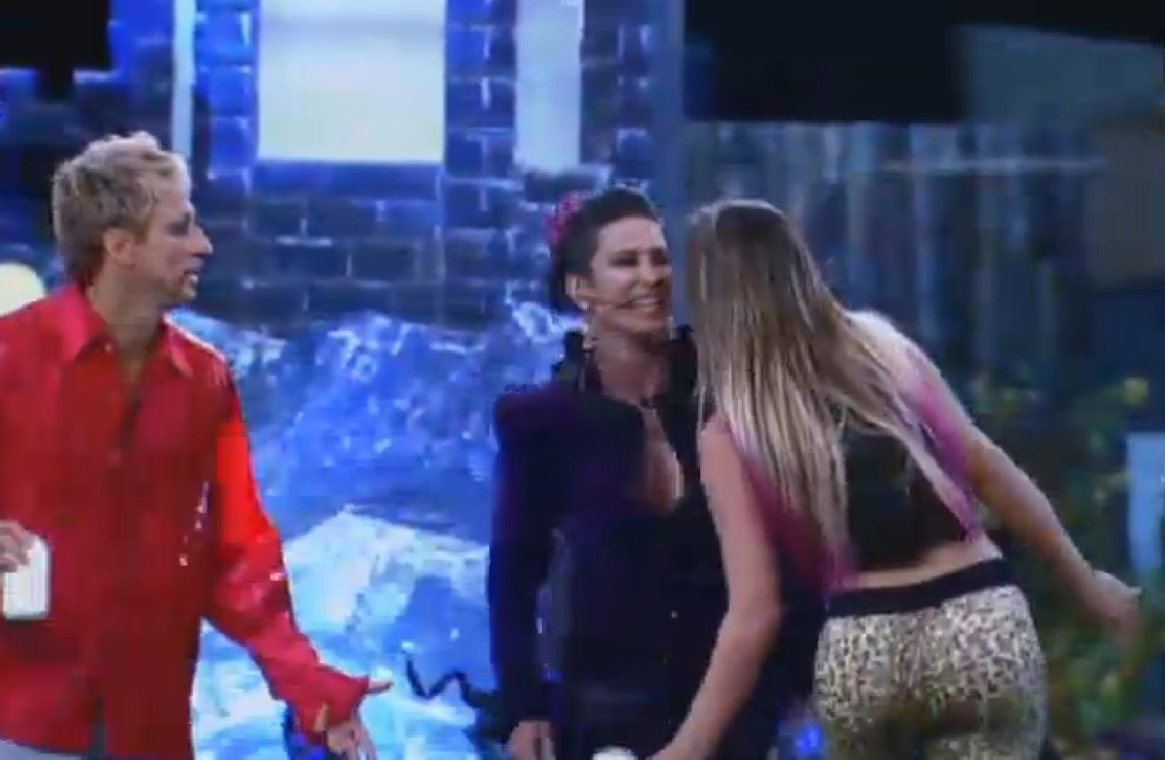 02.ago.2013 - Scheila Carvalho e Andressa Urach brincam de passar rosa vermelha de boca em boca