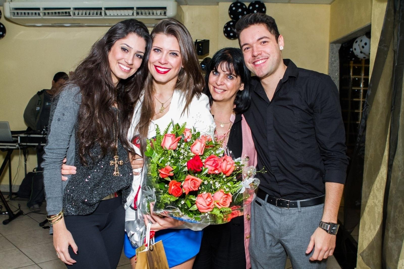 1.ago.2013 - Andressa e Nasser posaram com as meninas do fã-clube na festa ocorrida no Recreio, Rio de Janeiro