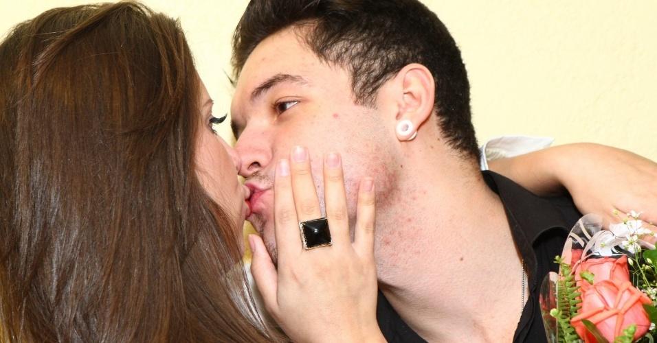 1.ago.2013 - Andressa e Nasser se beijam durante a festa surpresa da ex-BBB no Rio