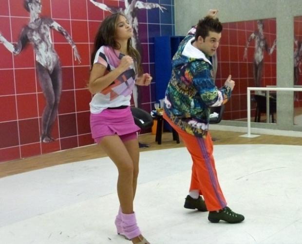 """1.ago.2013 - Bruna Marquezine ensaia funk para a """"Dança dos Famosos"""" usando saia rosa"""