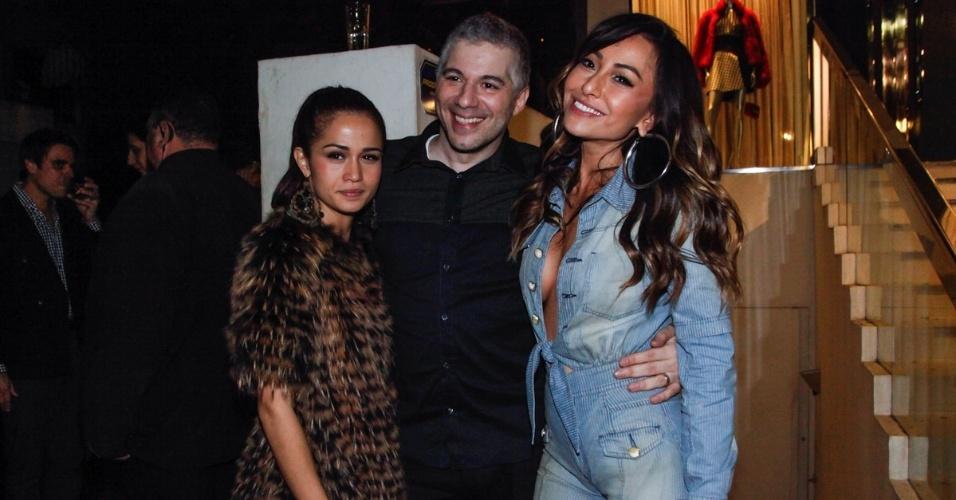 1.ago.2013 - Nanda Costa com o empresario Marcelo Seba e Sabrina Sato na festa de aniversário do diretor de arte Giovanni Bianco em bar dos Jardins, em São Paulo