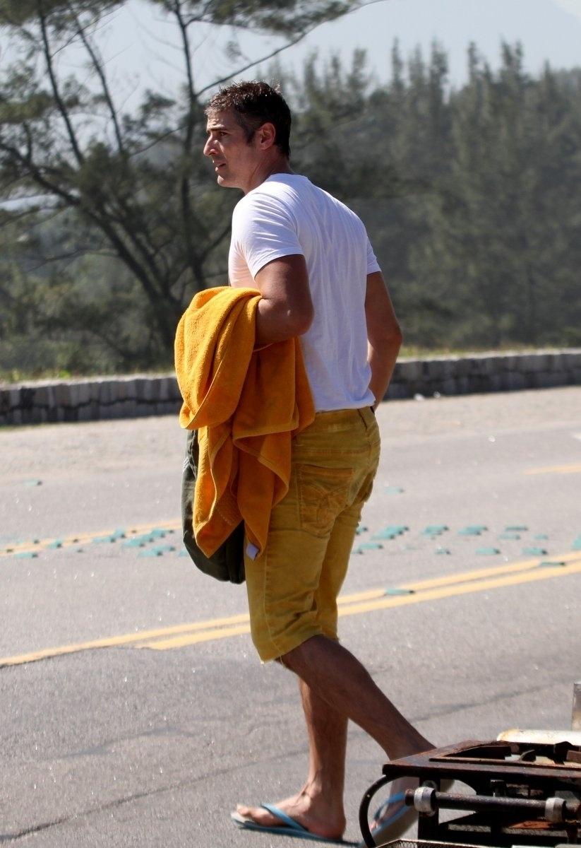 2.ago.2013 - Após mergulhar, o ator Reynaldo Gianecchini deixa a praia da Reserva, na zona oeste do Rio