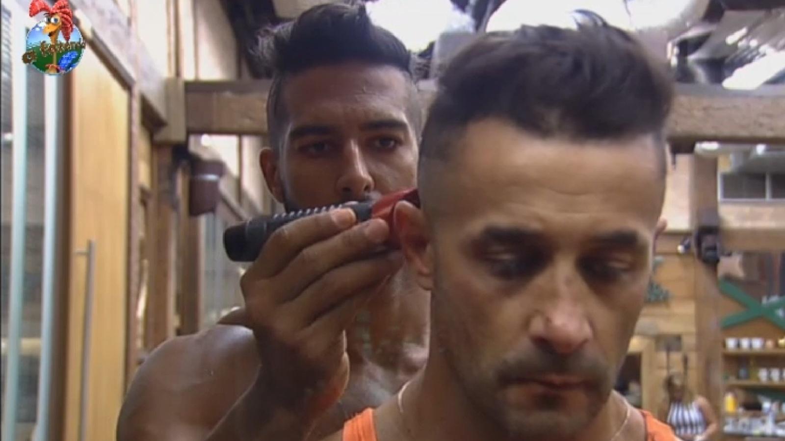 2.ago.2013 - Beto Malfacini ajuda Marcos Oliver com penteado moicano