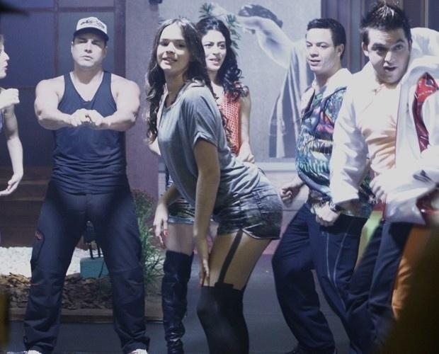 2.ago.2013 - Bruna Marquezine dança funk com os grupos Bonde das Maravilhas e o Bonde dos Novinhos