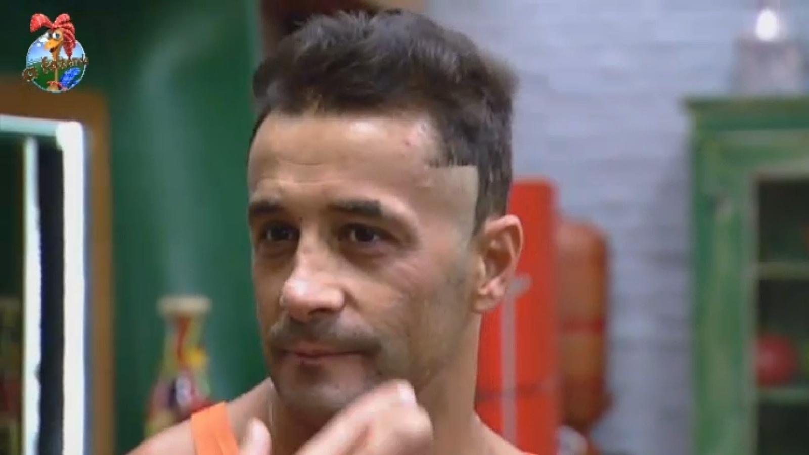 2.ago.2013 - Marcos Oliver erra ao cortar o cabelo e raspa a sobrancelha