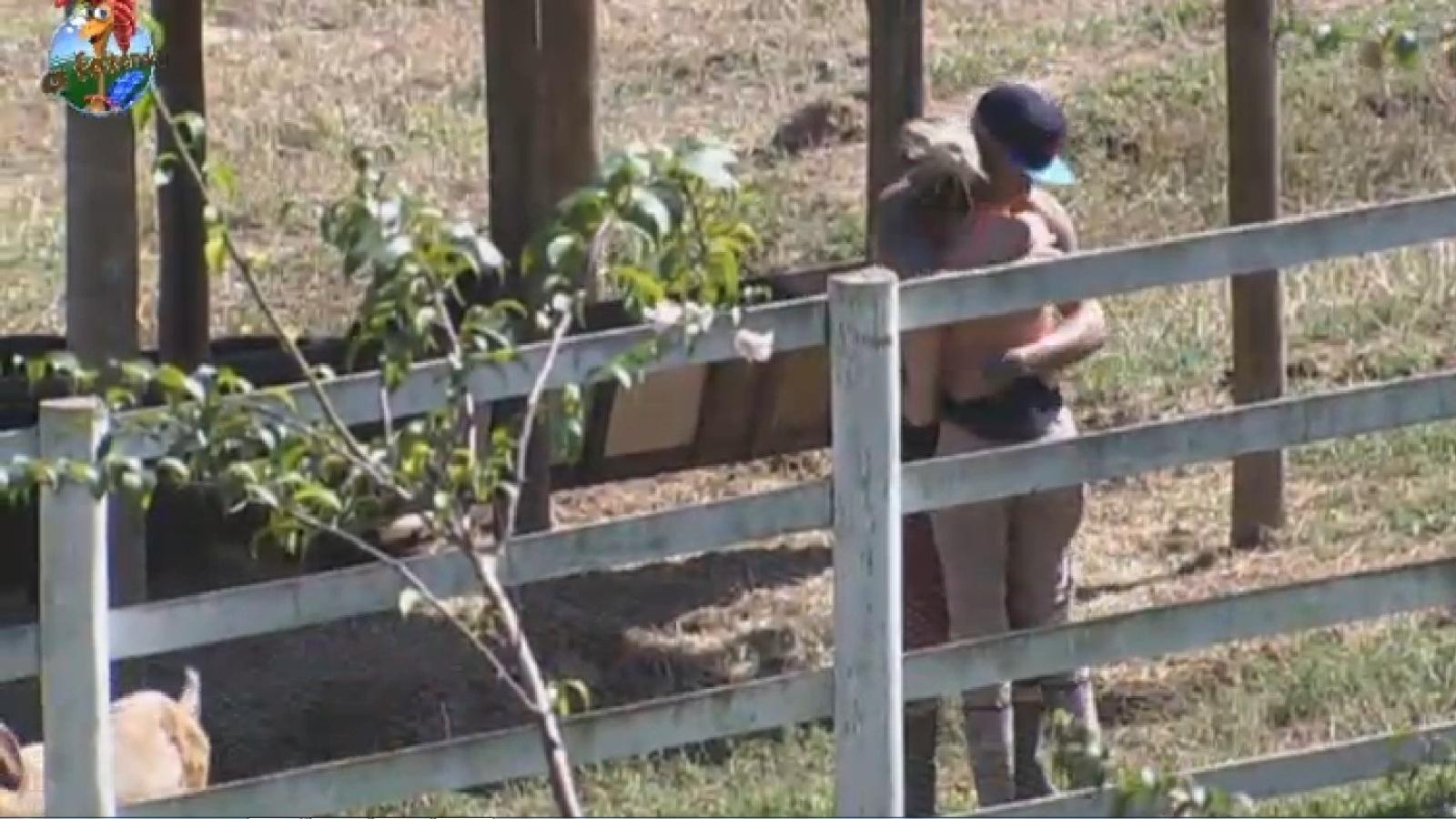 2.ago.2013 - Mateus pede abraço para Bárbara e os dois se entendem após irritação da modelo
