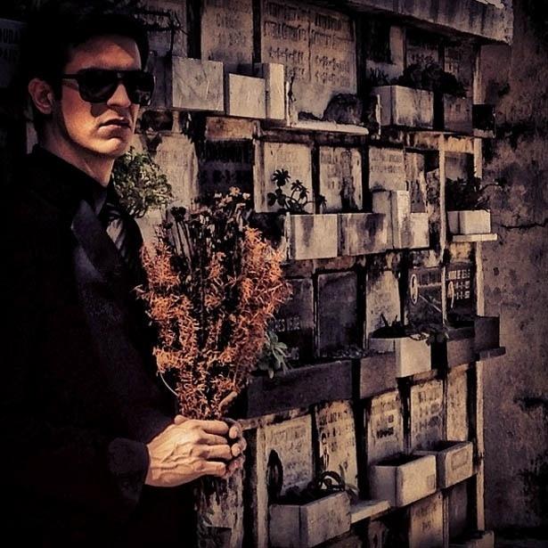 2.ago.2013 - Mateus Solano mostra foto de Félix no cemitério