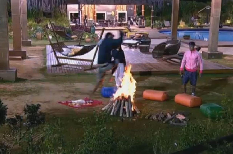 2.ago.2013 - Peões queimam batata e pulam a fogueira do lado de fora da sede