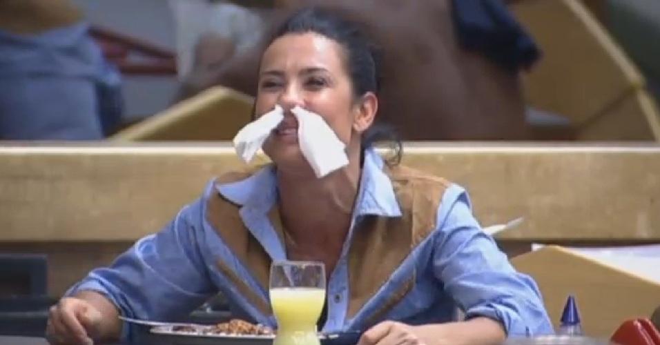 2.ago.2013 - Scheila Carvalho coloca papéis no nariz durante o almoço na sede
