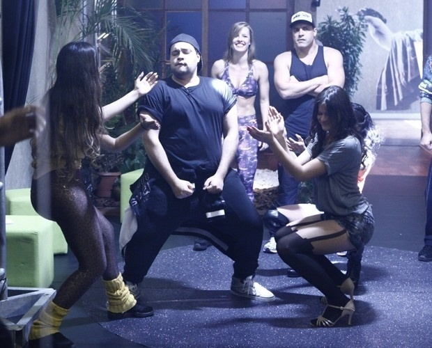 2.ago.2013 - Tiago Abravanel e Bruna Marquezine dançam funk com os grupos Bonde das Maravilhas e o Bonde dos Novinhos