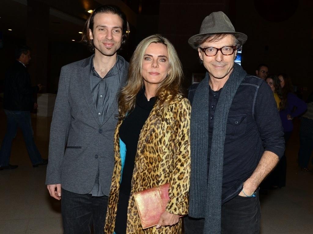 2.ago.2013- Bruna Lombardi foi com o marido Carlos Alberto Riccelli e o filho Kim ao musical em São Paulo