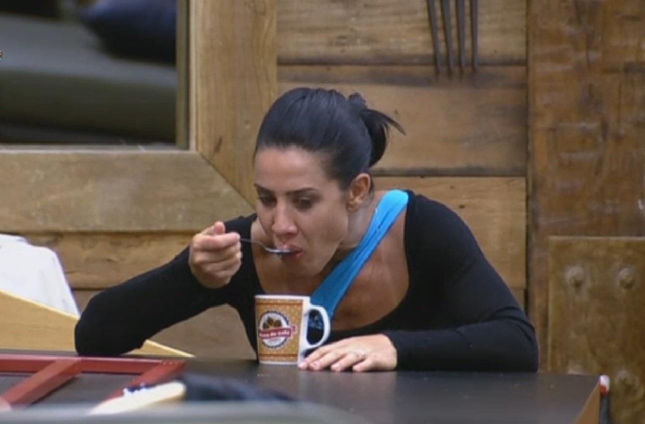 2.jul.2013 - Refriada, Scheila Carvalho toma sopa na cozinha