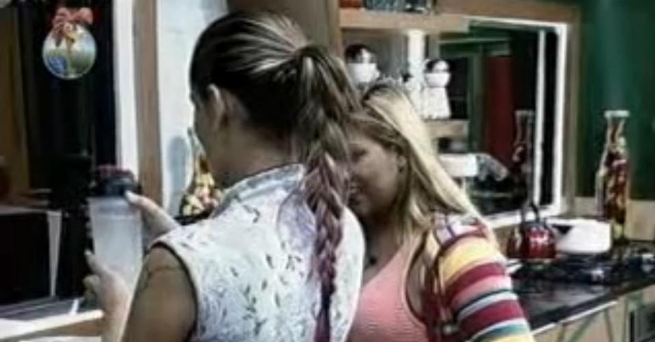 31.jul.2013 - Andressa mistura água com pimenta do reino, vinagre e suco de maracujá para descobrir quem está tomando em sua garrafa