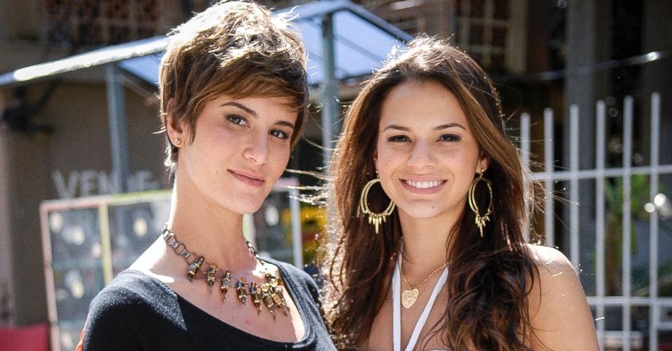 """Bruna Marquezine posa ao lado de Dani Moreno nos bastidores de """"Salve Jorge"""". Na trama, exibida em 2012 na Globo, ela interpretou a periguete Lurdinha. Já Dani deu vida à turca Aisha"""