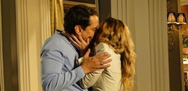 """Em """"Amor à Vida"""", Amarilys beija Eron e vai para a cama com ele"""