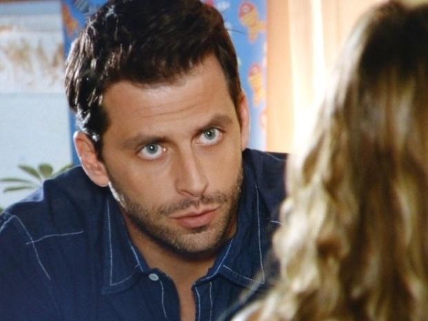 """Em """"Flor do Caribe"""", Cassiano suspeita que Hélio esteja protegendo Dionísio"""